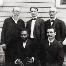 Alcuni tra i primi predicatori nella missione di Azusa Street. Seduti, da sinistra W. J. Seymour e John G. Lake. In piedi, da sinistra, fratello Adams, Fred F. Bosworth e Tom Hezmalhalch.